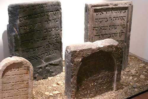 Alte jüdische Grabsteine