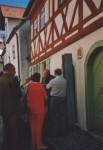 Vor der Synagoge in Schnaittach