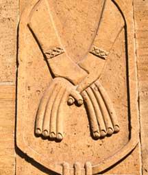Moderne Umsetzung des pharaonischen Motivs verschlungener Hände