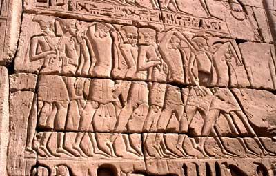 Darstellung gefangener Philister vom Totentempel Ramses III. in Theben-West