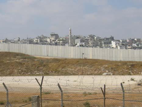 Die Mauer, die durch das Land gebaut wird