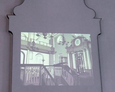 Die historische Synagoge - projiziert in den Umriss des Toraschreins